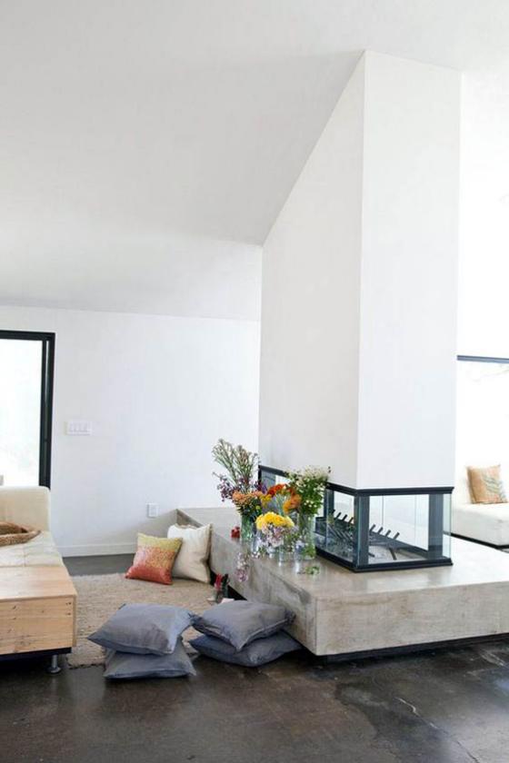 Moderne Kamine ein eigebauter doppelseitiger Kamin im Frühling