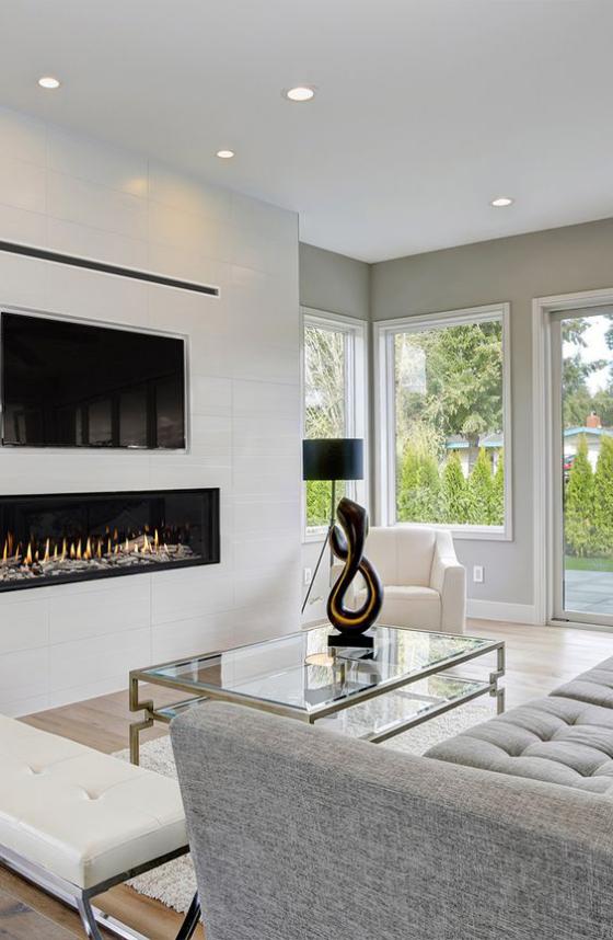 Moderne Kamine eingebauter Kamin graues sehr stilvolles Interieur Skulptur Glastisch