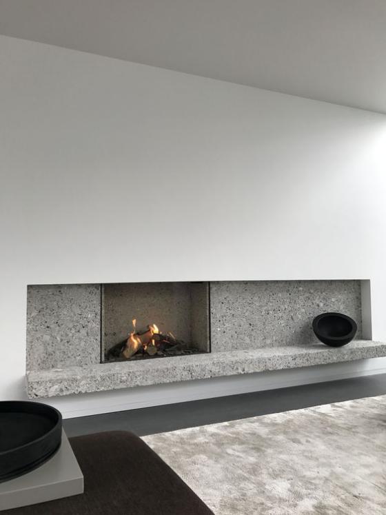 Moderne Kamine eingebauter Kamin minimalistische Betonwand wenig Deko