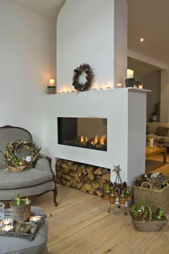Moderne Kamine rustikales Wohnzimmer doppelseitiger Kamin Brennholz Aufbewahrung Flechtkörbe Blumen Kränze