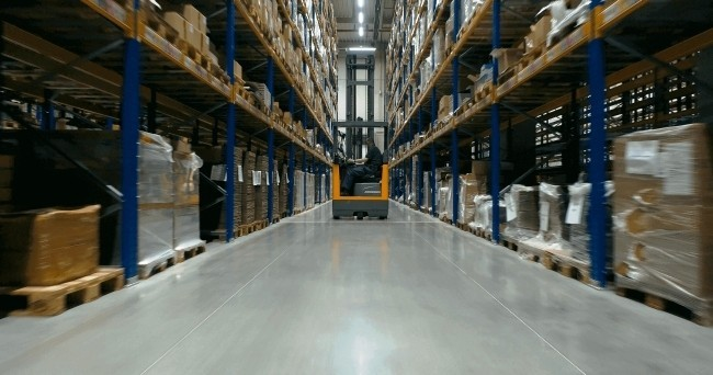 Polierter Betonboden Top 9 Vorteile für Ihr Geschäft lager mit hohen regalen und polierter boden