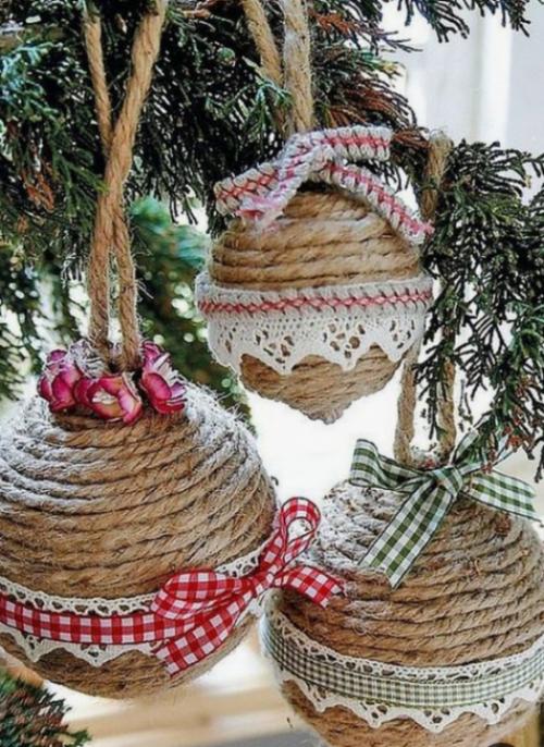 Rustikale Weihnachtsdeko Hanf Garn eigene Weihnachtskugeln basteln mit Schleifen dekorieren