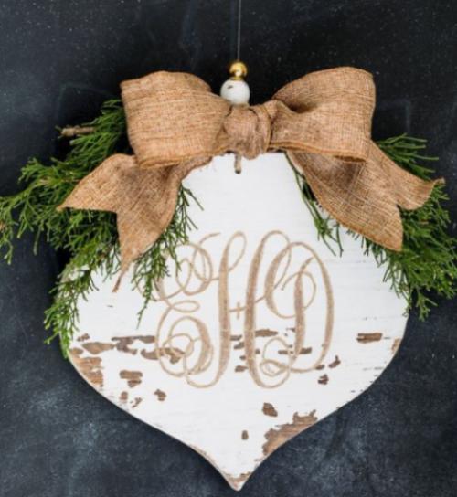 Rustikale Weihnachtsdeko Herz aus altem Holz Schleife aus Hanf grüne Tannenzweige