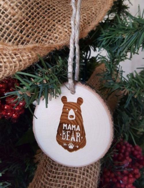 Rustikale Weihnachtsdeko Mama Bär Anhänger am Christbaum aus Holz basteln
