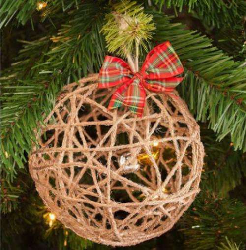 Rustikale Weihnachtsdeko Rustikale Weihnachtsdeko schöne Weihnachtskugel aus Hanf Garn rot grüne Schleife
