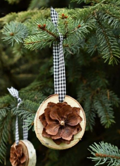 Rustikale Weihnachtsdeko Tannenzapfen auf Holzscheiben originaler Christbaumschmuck