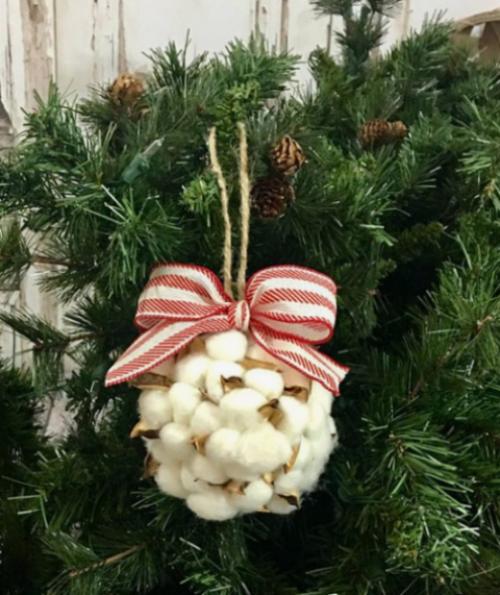 Rustikale Weihnachtsdeko Weihnachtskugel Pompons rote-weiße Schleife am Christbaum
