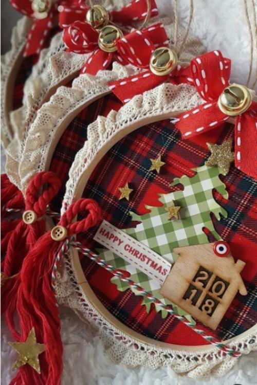 Rustikale Weihnachtsdeko aus karierten Stoffresten Holzrahmen mit weißer Spitze dekorieren