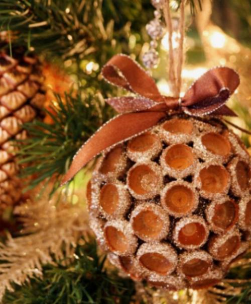 Rustikale Weihnachtsdeko eine Weihnachtskugel aus Eicheln basteln