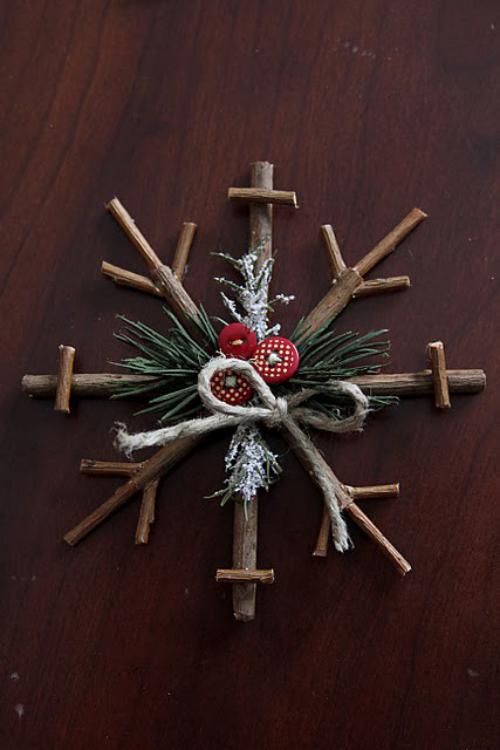 Rustikale Weihnachtsdeko einen Stern aus Holzstäbchen basteln mit Knöpfen schmücken