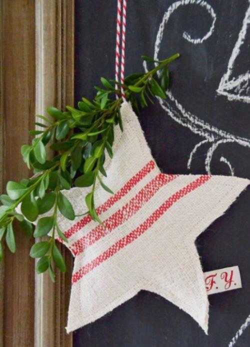 Rustikale Weihnachtsdeko einen Stern aus Stoffresten nähen mit grünen Zweigen dekorieren
