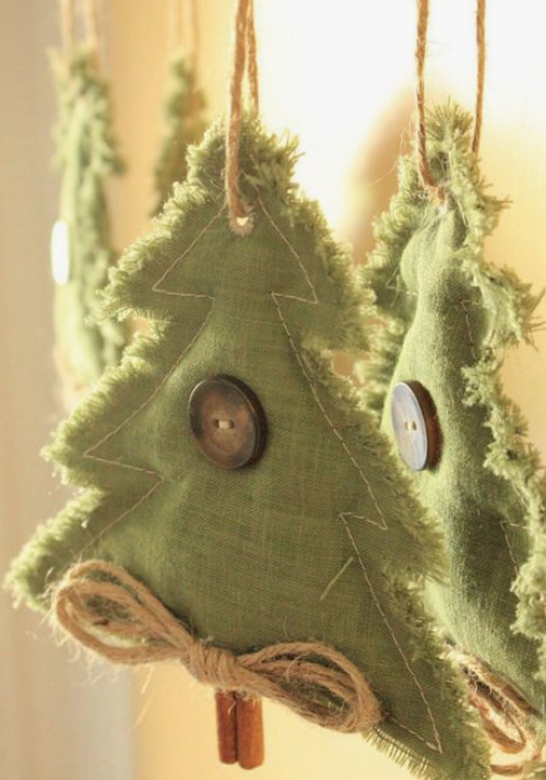 Rustikale Weihnachtsdeko kleine Tannenbäume aus hellgrünem Stoff selber nähen