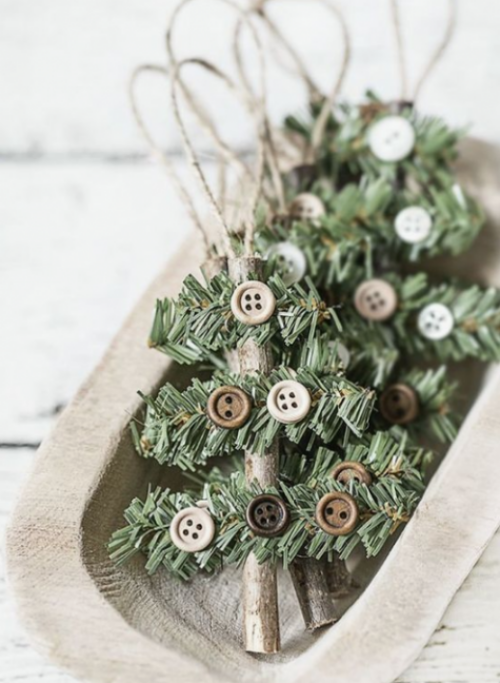 Rustikale Weihnachtsdeko kleine Tannenbäume mit Knöpfen geschmückt