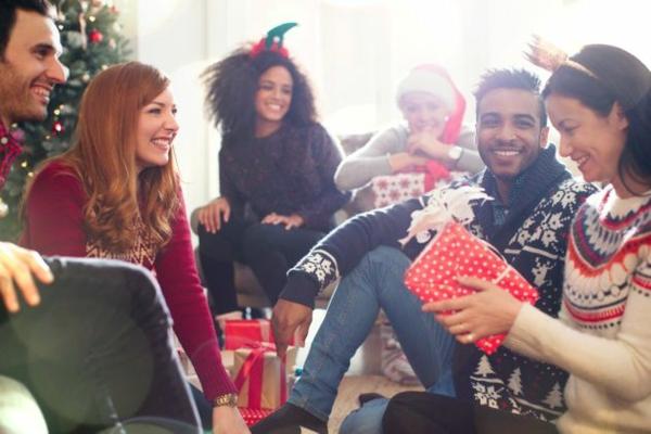 Schrottwichteln Weihnachtsparty veranstalten Geschenkaustausch