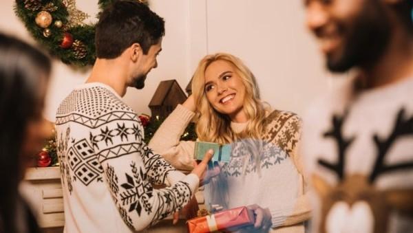 Schrottwichteln regeln Ideen Geschenkaustausch witzige Schrottgeschenke