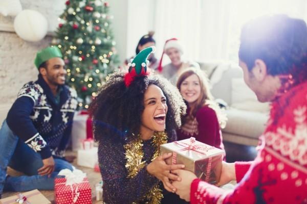 Schrottwichteln regeln Weihnachtsparty Geschenkaustausch Ideen
