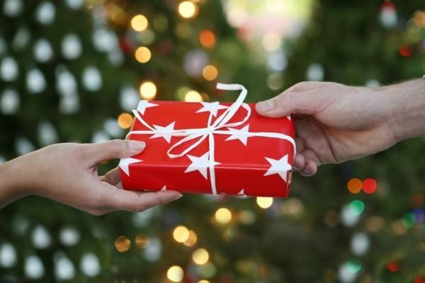 Schrottwichteln regeln Weihnachtsparty Geschenkaustausch Schrottgeschenke verpacken