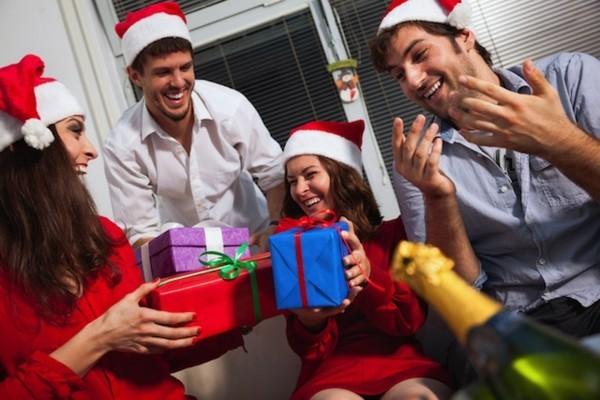 Schrottwichteln regeln Weihnachtsparty Geschenke austauschen witzige Schrottgeschenke