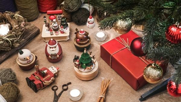 Schrottwichteln regeln Weihnachtsparty veranstalten Geschenkaustausch Geschenke stapeln