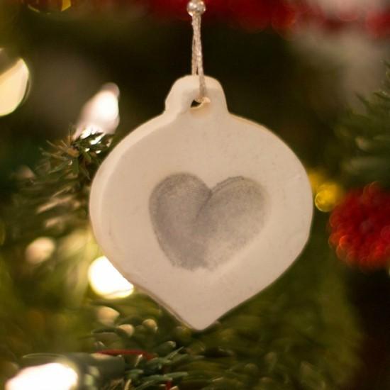 christbaumschmuck herzanhänger aus kaltporzellan mit fingerabdrücken