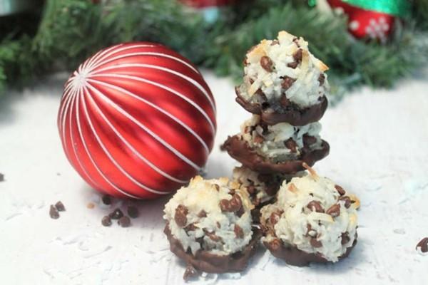 einfache kokosmakronen mit schokonibs als weihnachtliches dessert