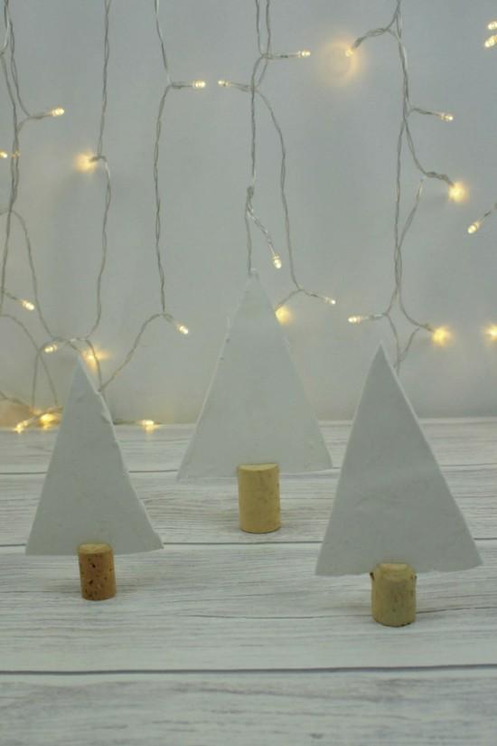 einfache tannenbäume aus korken und kaltporzellan