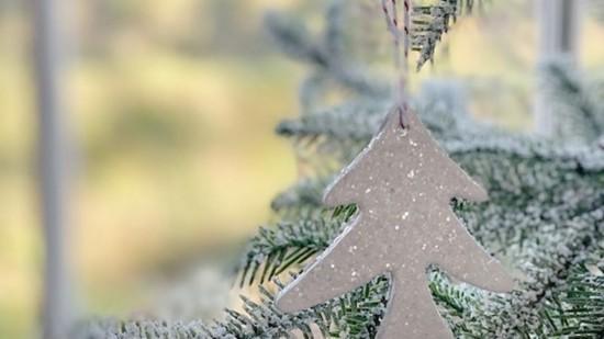 glitzernde weihnachtsdeko aus kaltporzellan