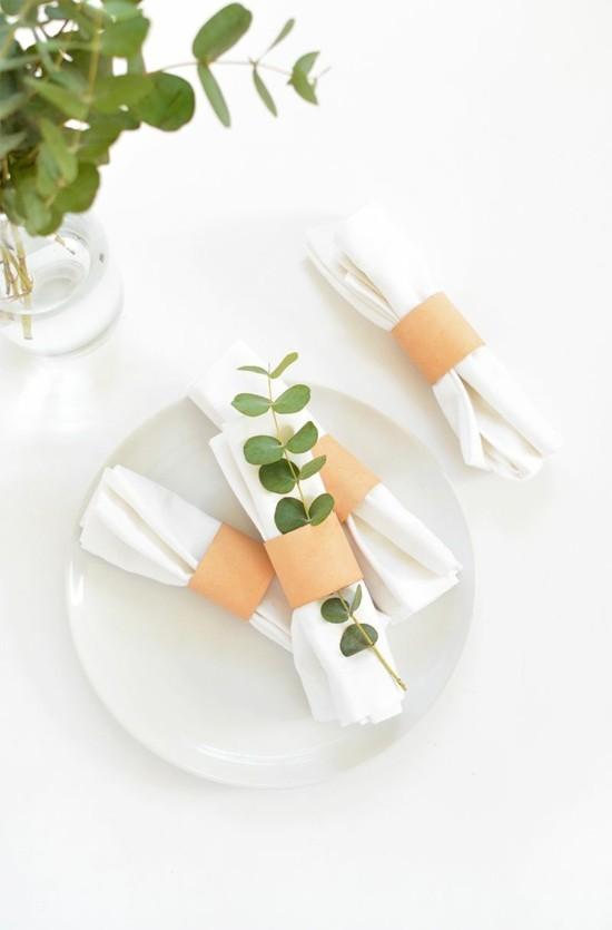 minimalistische serviettenringe aus klorollen mit eukalyptusblättern