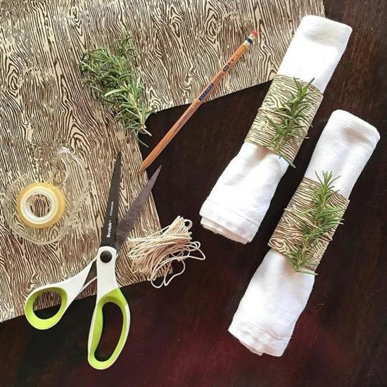 stilvolle serviettenringe aus papier mit rosmarin