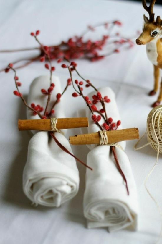 weihnachtliche serviettenringe aus beeren und zimtstangen