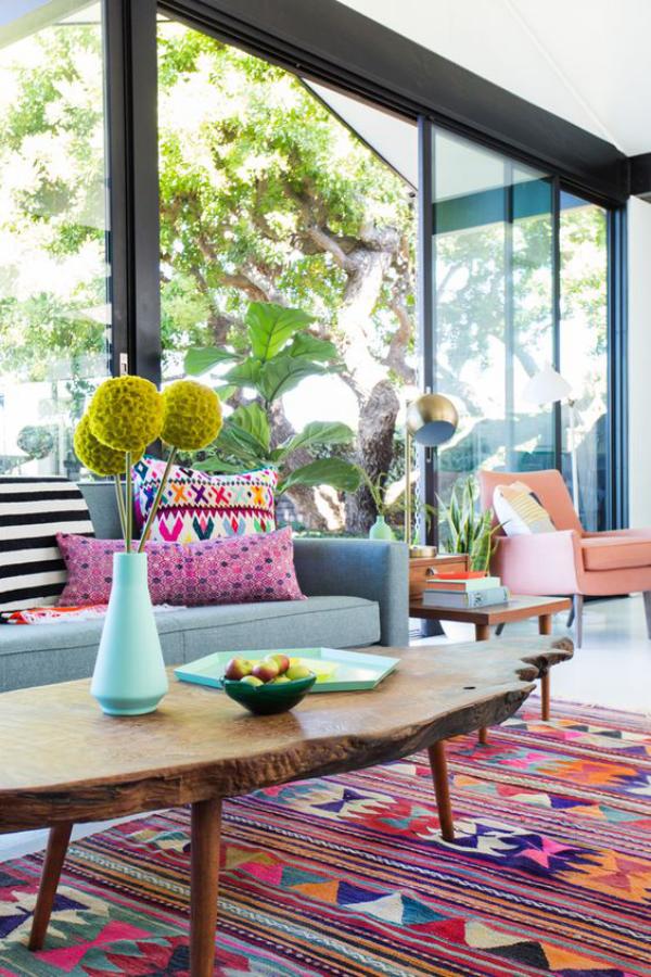Aktuelle Farbpaletten im Wohnzimmer 2020 bunter gemusterter Teppich Tisch viel Grün