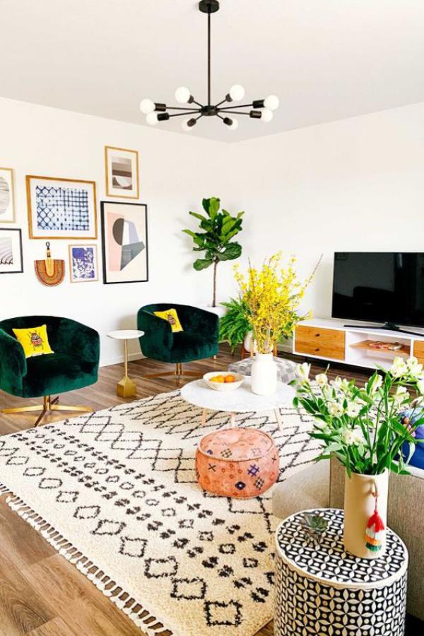 Aktuelle Farbpaletten im Wohnzimmer 2020 buntes Zimmer viele leuchtende Farben weiße Wände weißer gemusterter Teppich