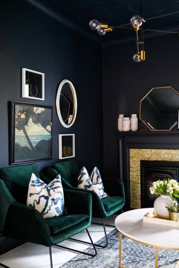 Aktuelle Farbpaletten im Wohnzimmer 2020 dunkle Farben Dunkelblau Smaragdgrün geheimnisvoll stilvoll