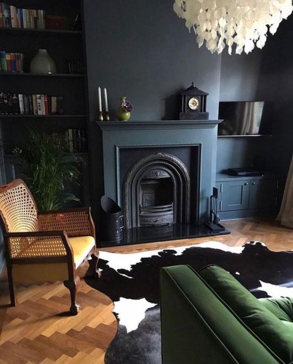Aktuelle Farbpaletten im Wohnzimmer 2020 dunkle Farben dominieren smaragdgrün dunkelblau grau Flechtsessel