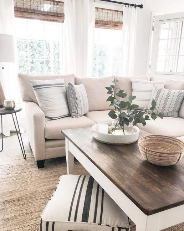 Aktuelle Farbpaletten im Wohnzimmer 2020 gemütliches Wohnzimmer neutrale Farben fein gemusterte Textilien etwas Grün