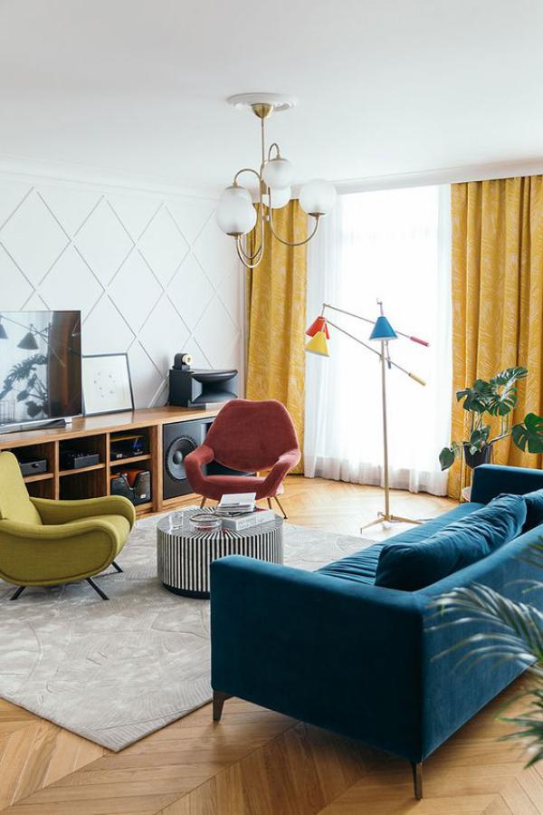 Aktuelle Farbpaletten im Wohnzimmer 2020 grauer Teppich blaues Sofa zwei Sessel Senfgelb Orangerot