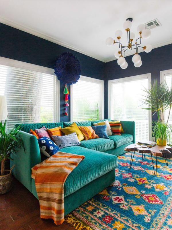 Aktuelle Farbpaletten im Wohnzimmer 2020 helles buntes Ambiente zu viele leuchtende Farben farbenfroher Teppich