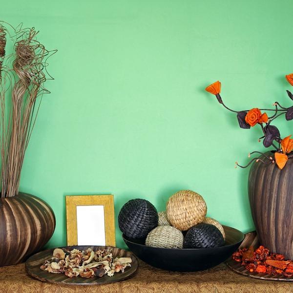 Aktuelle Farbpaletten im Wohnzimmer 2020 hellgrüne Wand bunte Accessoires mit Liebe zum Detail