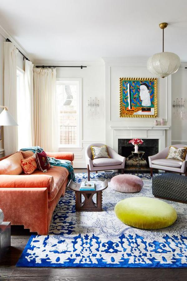 Aktuelle Farbpaletten im Wohnzimmer 2020 leuchtende Farben bunter sonniges Interieur