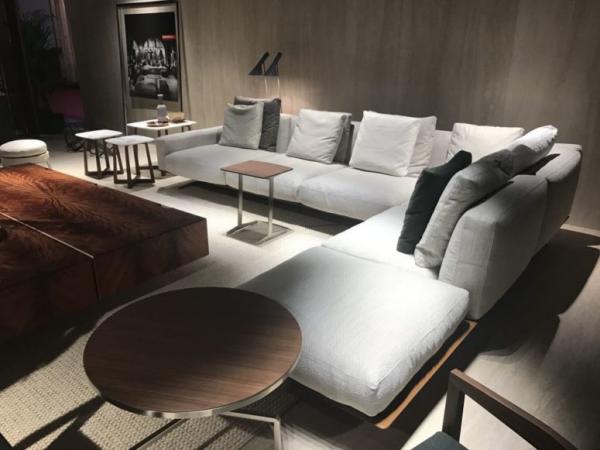 Aktuelle Farbpaletten im Wohnzimmer 2020 schickes Wohnzimmer neutrale Farben Weiß Grau eingefärbtes Holz