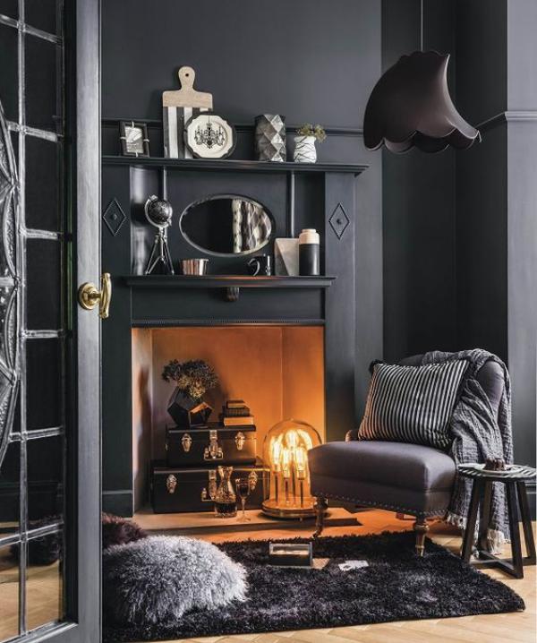 Aktuelle Farbpaletten im Wohnzimmer 2020 verschiedene Grautöne geschmückter Kamin warme Strahlung