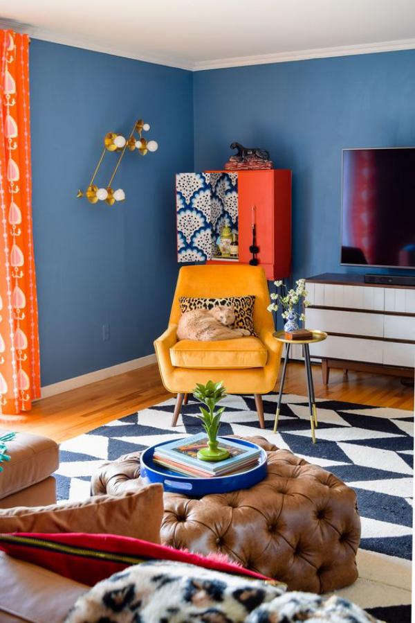 Aktuelle Farbpaletten im Wohnzimmer 2020 zu viele leuchtende Farben blaue Wände sonnengelber Sessel