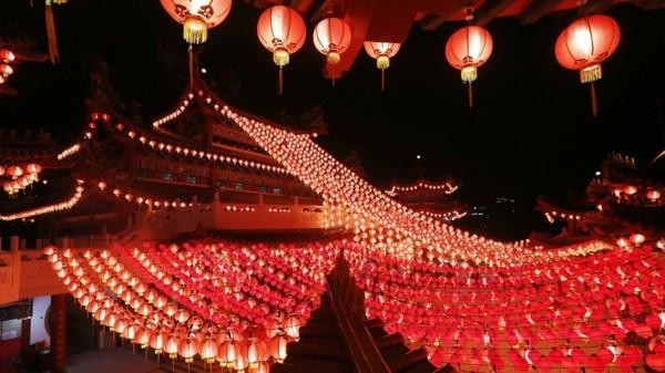 Chinesisches Neujahr 2020 rote festliche Außendekoration