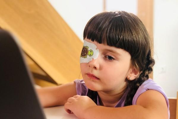 CureSight ist ein geniales System, das Schwachsichtigkeit durch Fernsehen heilt amblyopie kind augenklappe