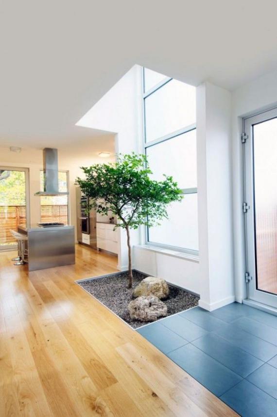 Innenhof stilvoll gestalten Dachfenster Licht kleiner japanischer Garten drinnen