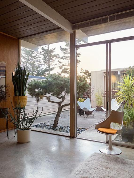Innenhof stilvoll gestalten einladend komfortabel minimalistisches Design drinnen Zen-Garten draußen