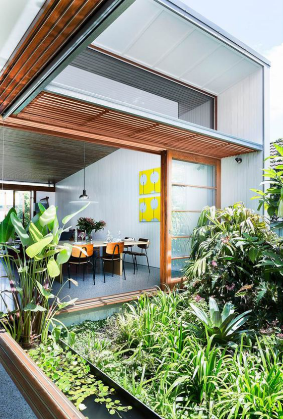 Innenhof stilvoll gestalten mit einem kleinen Teich viel Grün lässt Grenzen zwischen drinnen und draußen verschwimmen