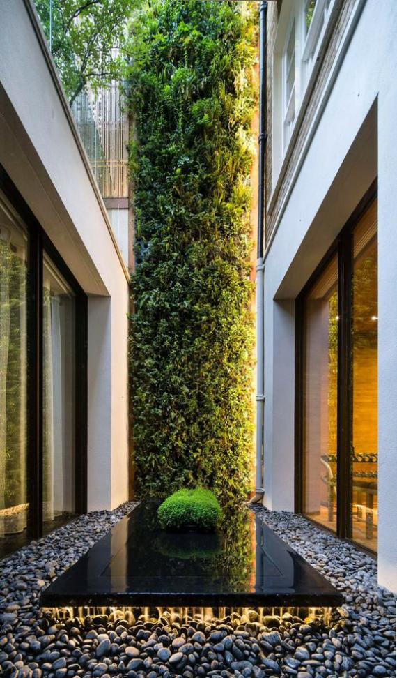 Innenhof stilvoll gestalten perfekte Deko Säule mit Gras und Moos bedeckt tolle Idee