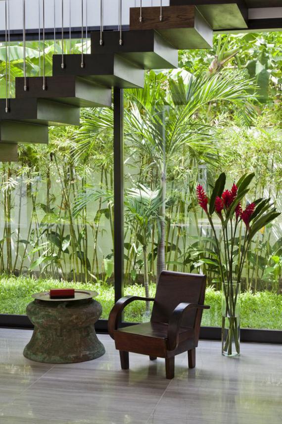 Innenhof stilvoll gestalten viele grüne Pflanzen draußen üppiges Grün tropisches Flair