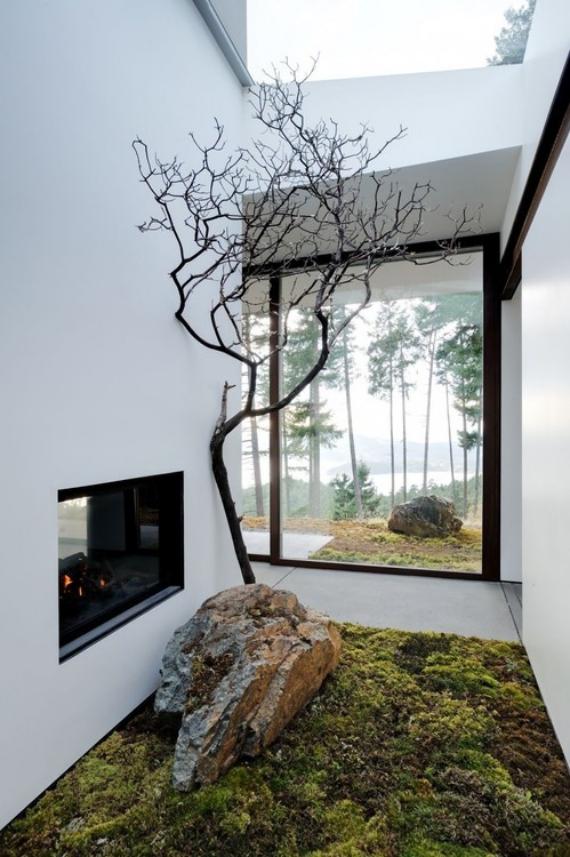 Innenhof stilvoll gestalten vor dem Kamin Fläche mit Moos bedeckt großer Stein Baum